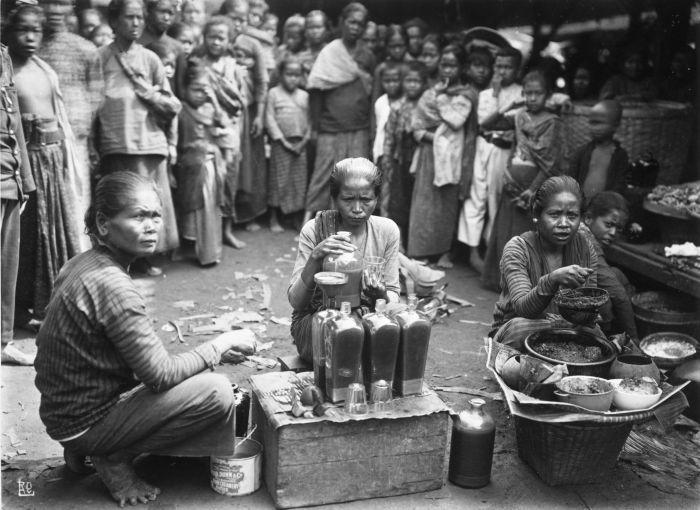 COLLECTIE_TROPENMUSEUM_Vrouwen_tijdens_de_bereiding_van_jamu_een_traditioneel_geneesmiddel_op_de_markt_te_Jogjakarta_TMnr_60027047